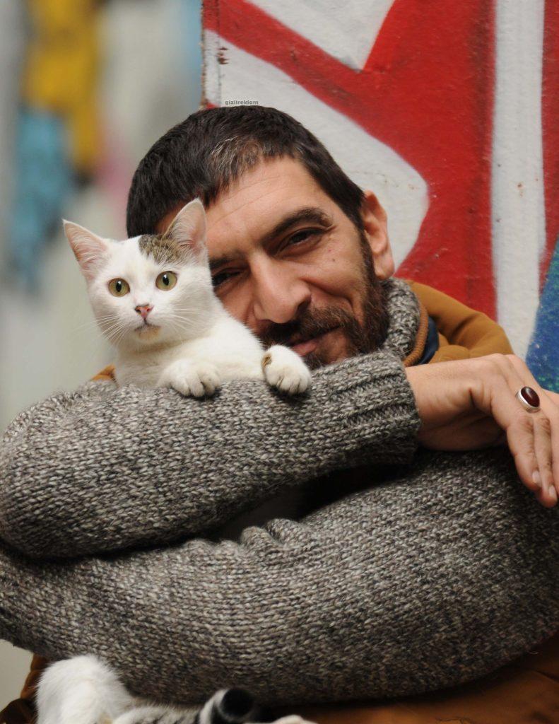 Ali Eşitmez tarafından çekilen fotoğrafta Ayhan Eroğlu ve kedisi Suzi.