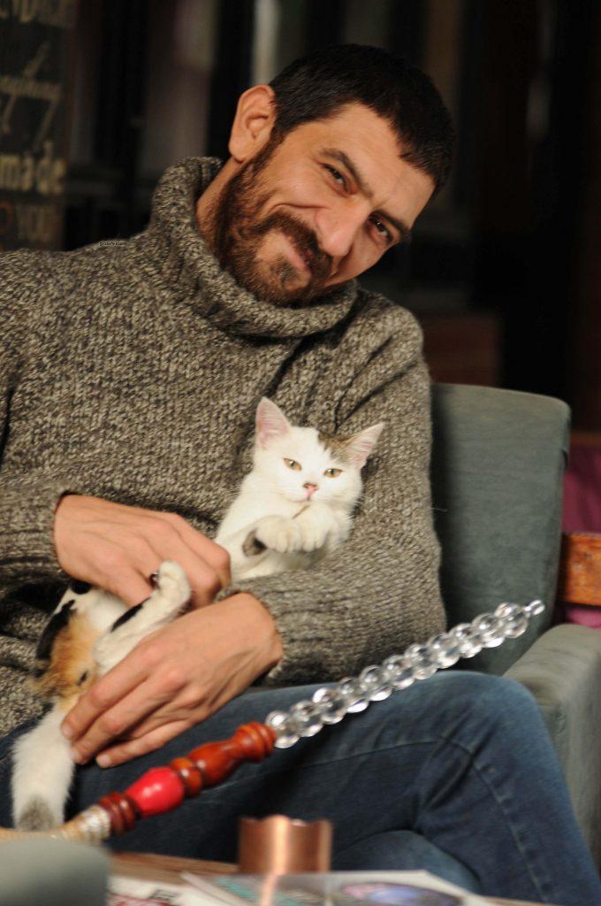 Ayhan Eroğlu: Suzi; şımarık, sinirli, Türkçe, İngilizce, köpekçe, kedice, farece, kuşça bildiğine şahit olduğum nadir bulunan bir sokak kedisidir.